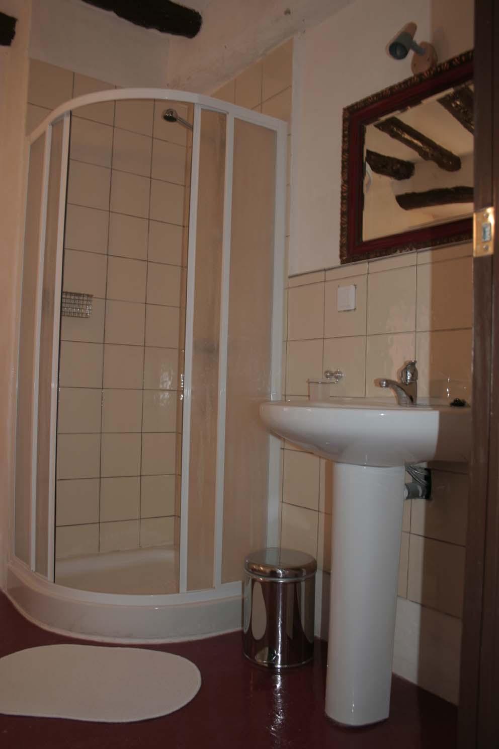 Chambre avec salle de bain et toilette for Salle de bain avec toilette